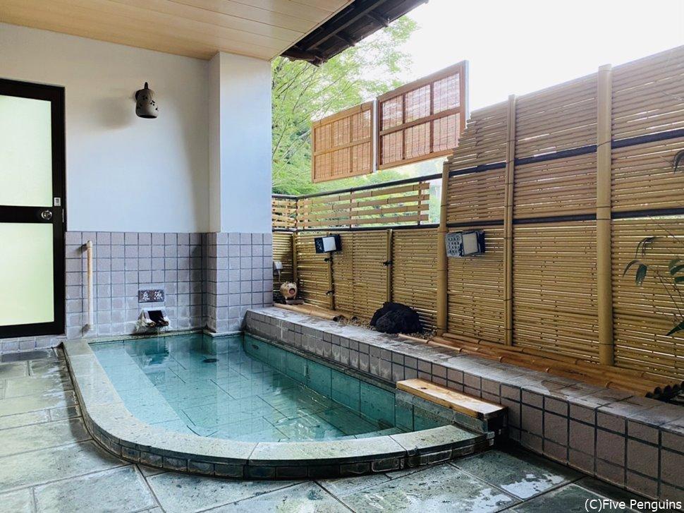 貸切の半露天風呂大きい方の「千歳」の浴室
