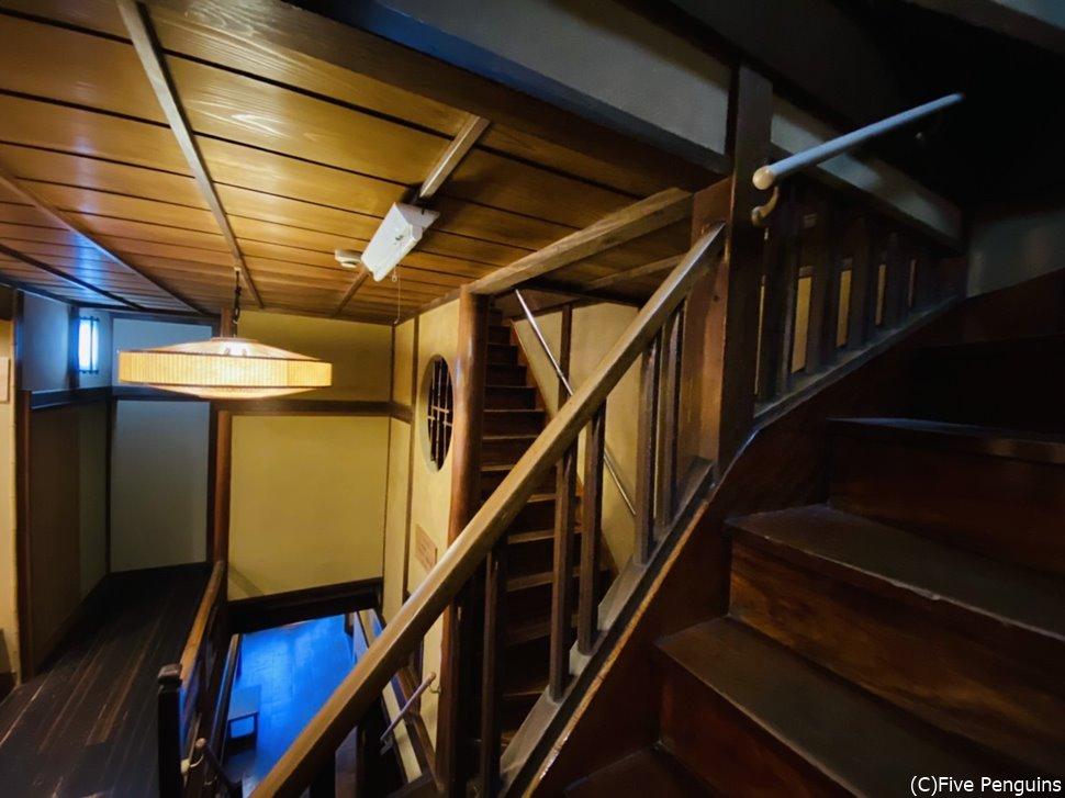館内には趣のあるたくさんの階段が迷路みたい