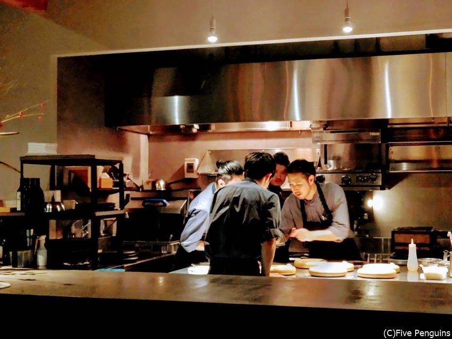 厨房にもたくさんのスタッフが