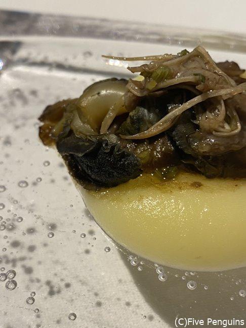 料理によって器の温度が変わる、熱々のガラスの上にじゃがいものペーストにヤナギ松茸とながらみ(貝)