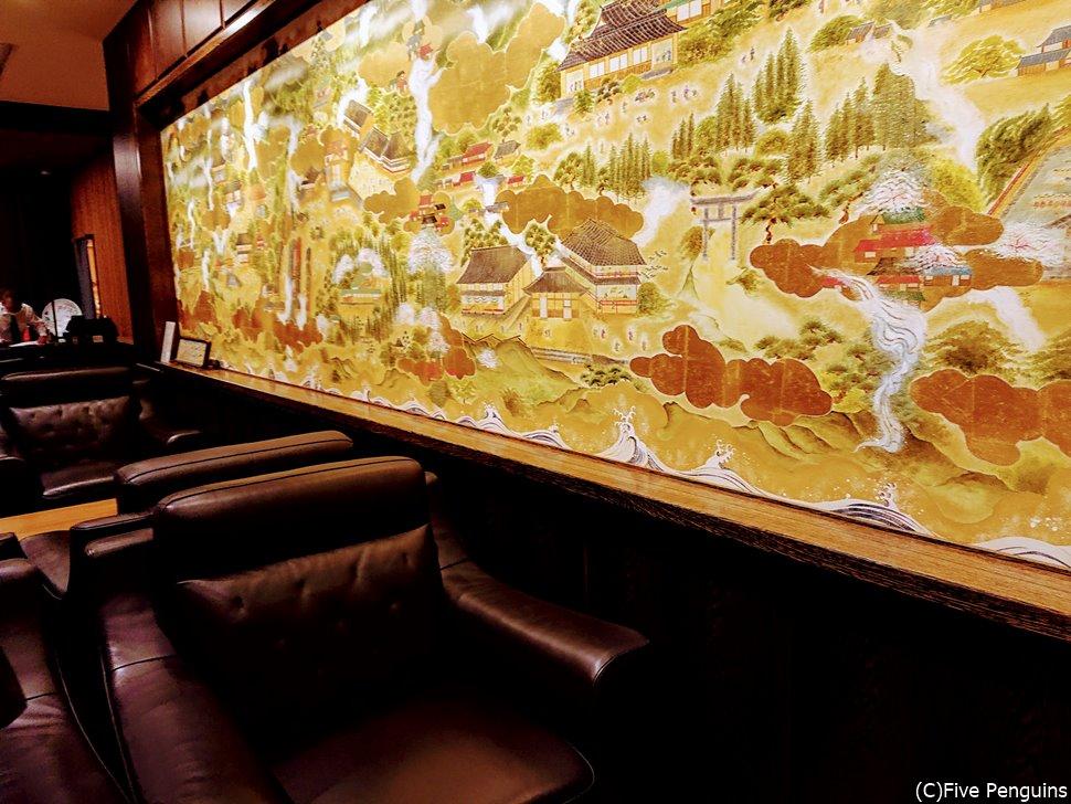 フロントにはこれまた日本文化を感じさせる金色に輝く絵画が。