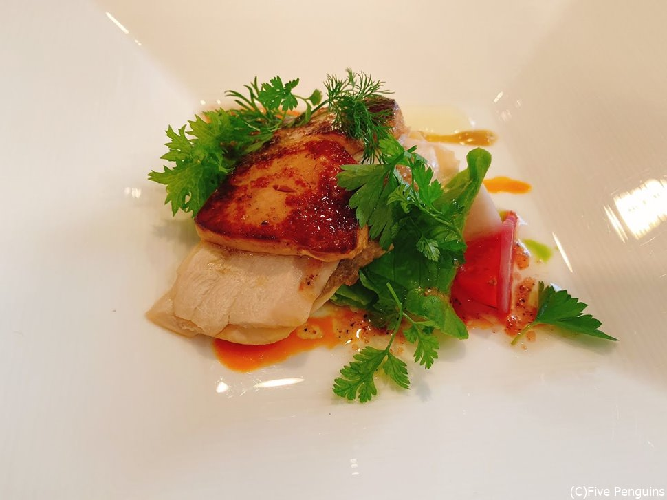 フォアグラのソテーはりんご果汁で蒸した鶏肉と。
