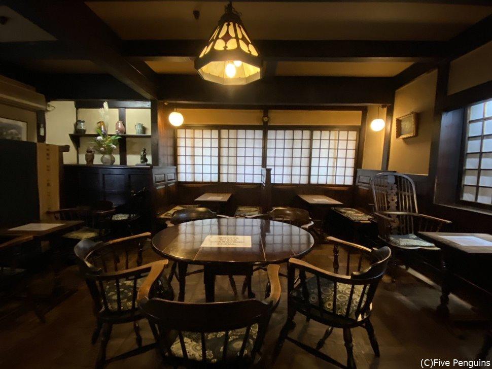 写真が撮りたくて開店と同時に入った店内、松本民芸家具で統一されている