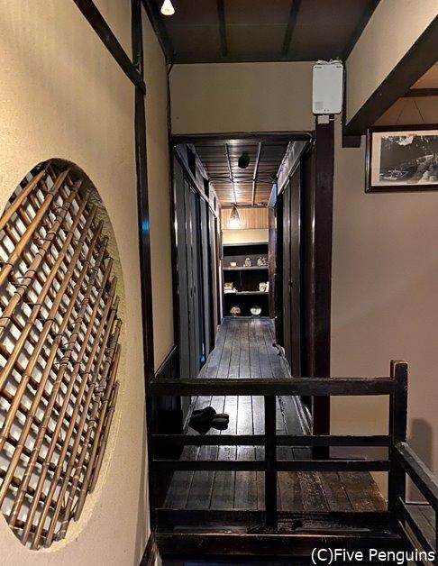一番奥と手前に階段があり、お付き合いのある作家さんの作品が飾られている、趣のある廊下
