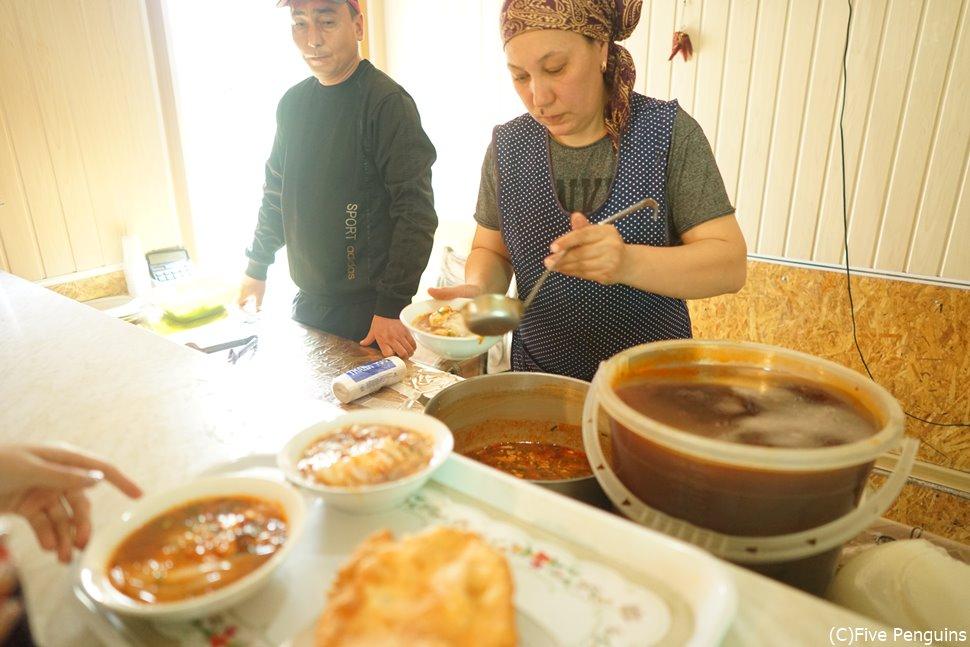 キルギス カラコルの食堂 看板メニューは冷たくて辛い冷麺アシュランフー
