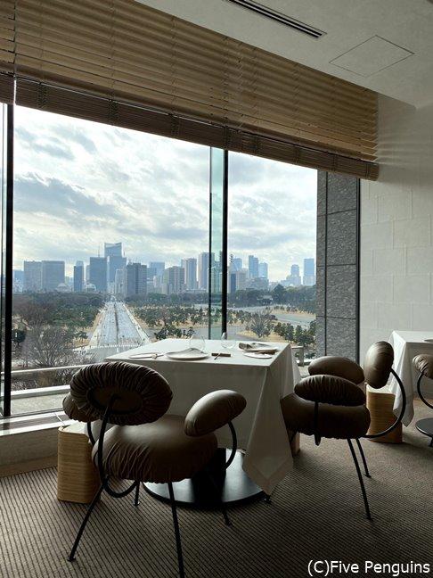 アラン・デュカス氏のレストランは椅子が毎回個性的、最高のロケーションの窓際