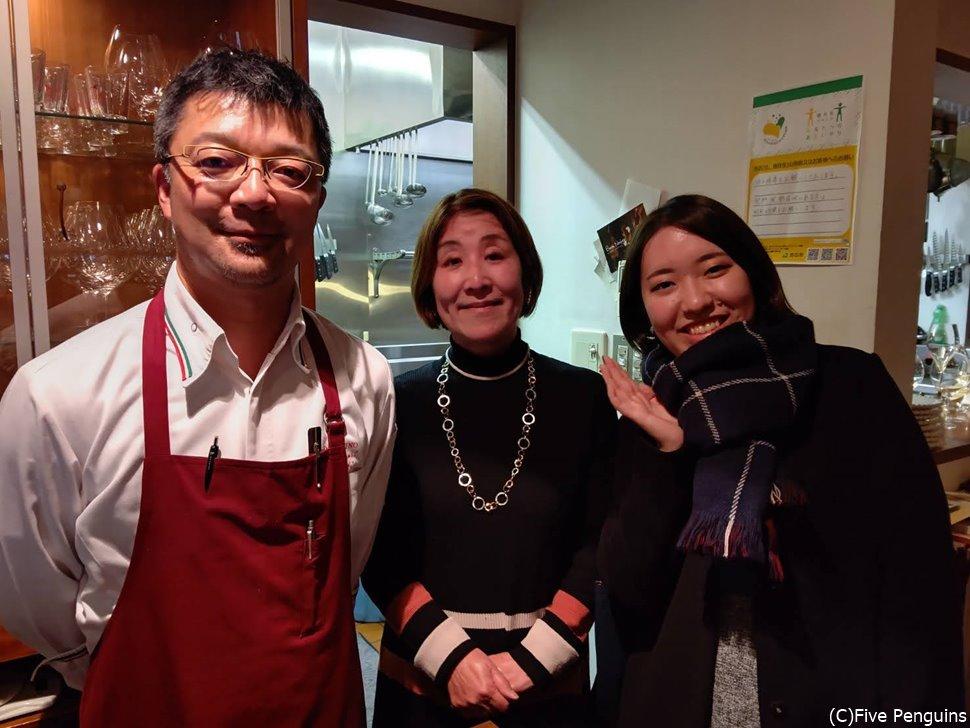 シェフの笹森通彰氏は優しい方で、一緒に記念写真も撮らせてくれました
