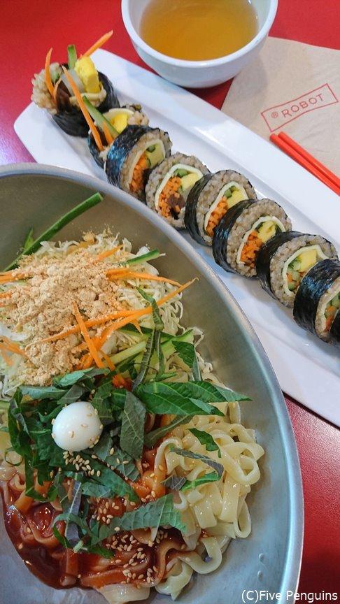海苔巻きと一緒に出た辛めの麺ビビンククス。すべての具材をよく混ぜて!