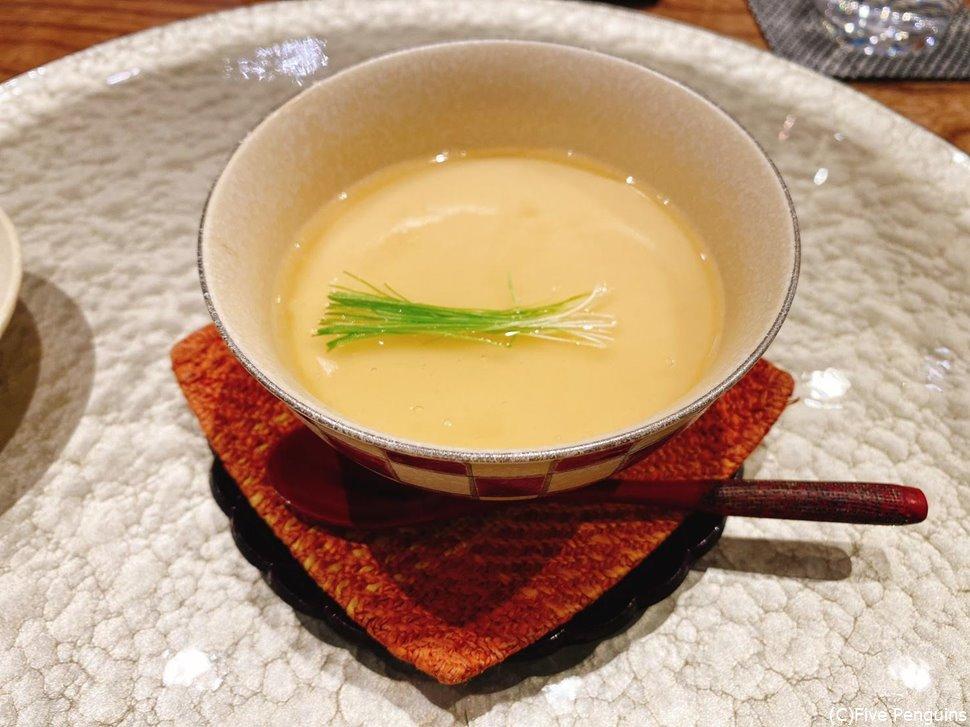 スッポンの茶碗蒸しは生姜の風味がして温まる一皿。