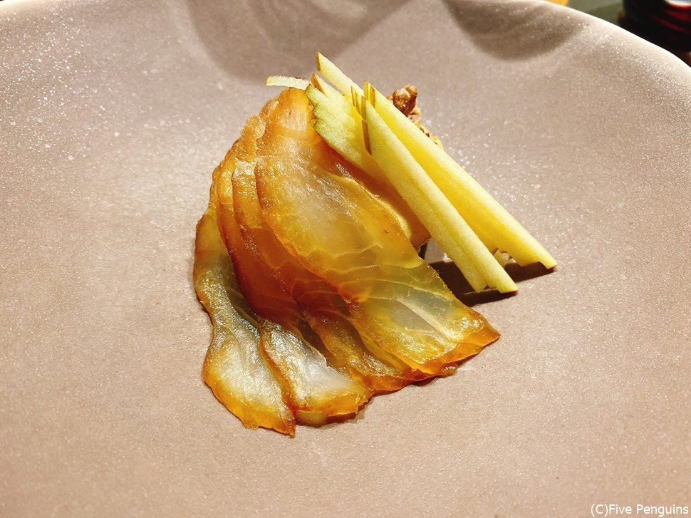 塩と黒蜜で漬けた鯛はリンゴのスライスとポン酢の泡と。