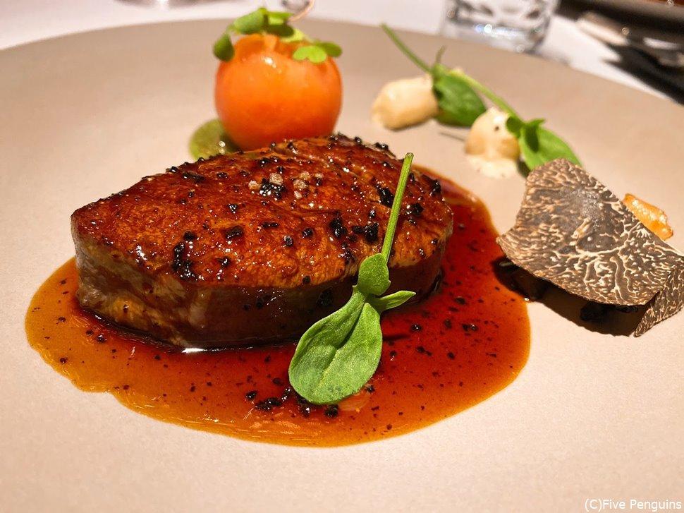 上州牛のフィレ肉は姫リンゴや黒トリュフのソースと